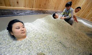 Китайские центры псаммотерапии расположены у южного подножия гор Тянь-Шань