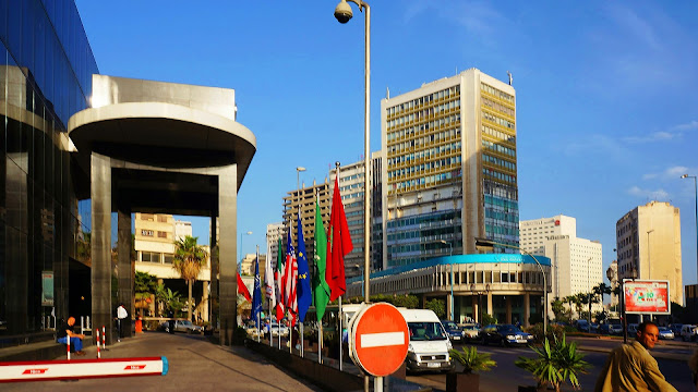 Изображение развилки улиц в городе Касабланка, Марокко