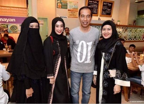 Ketika Wanita Bercadar Diajak Foto Bareng Jokowi