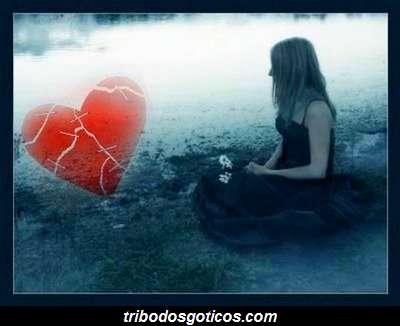 gotica com coração quebrado partido