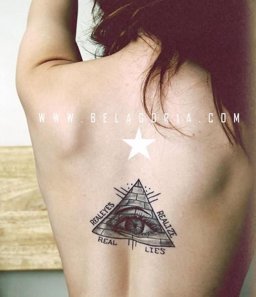 Tatuaje de Pirámide en la columna con juego de plabras