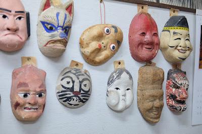 鳥取県岩美町岩井温泉の玩具、木彫人形 おぐら屋 古いお面