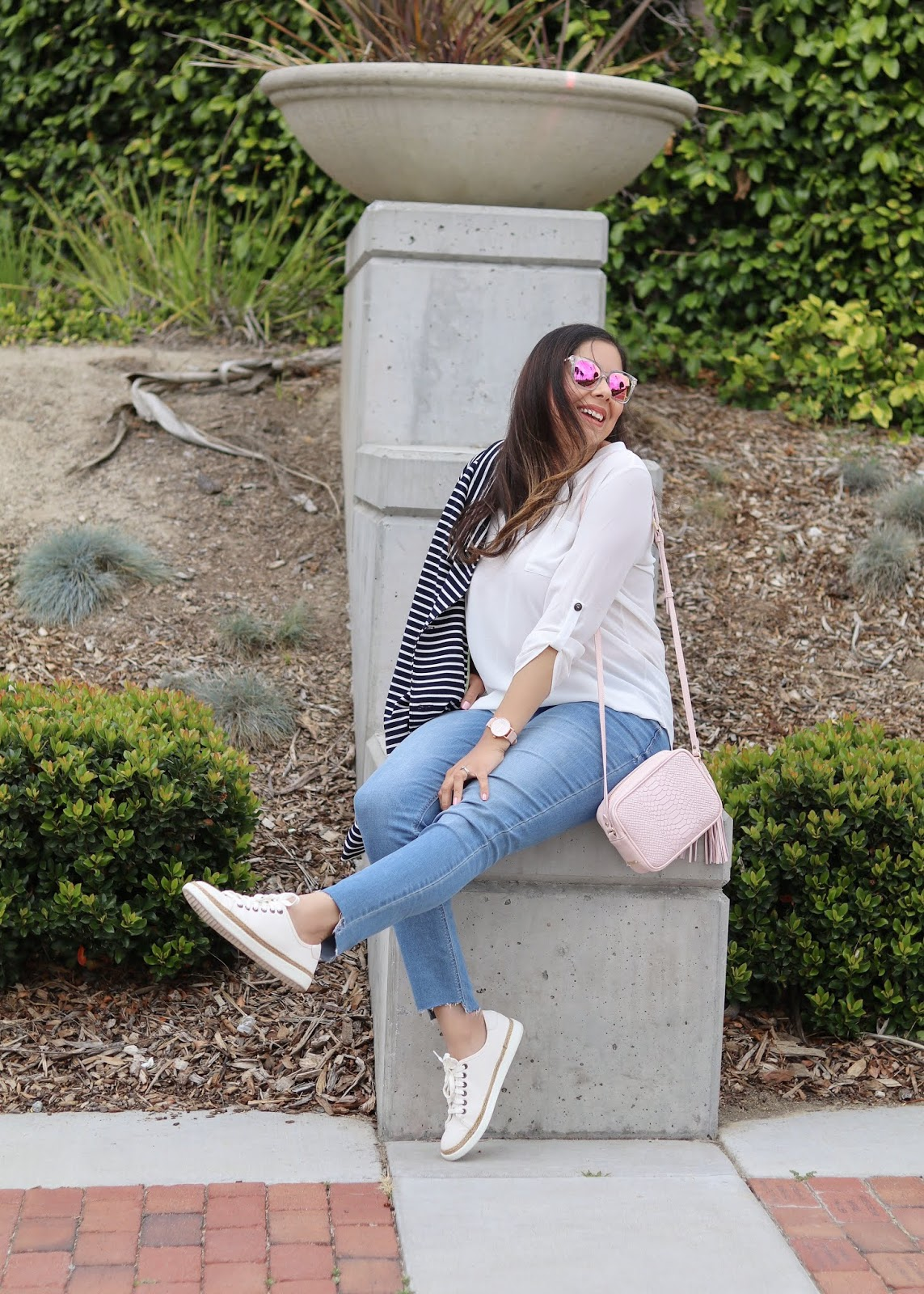 San Diego casual style, how to wear sneakers this season, white sneaker jean look