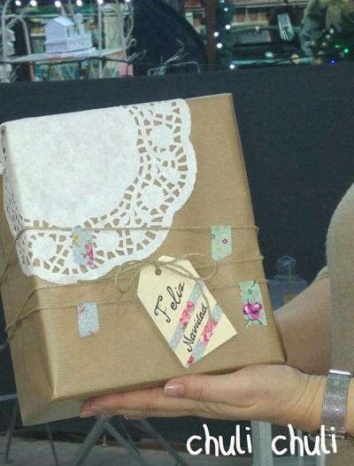 paquete de papel craft con blonda, etiqueta y washitape