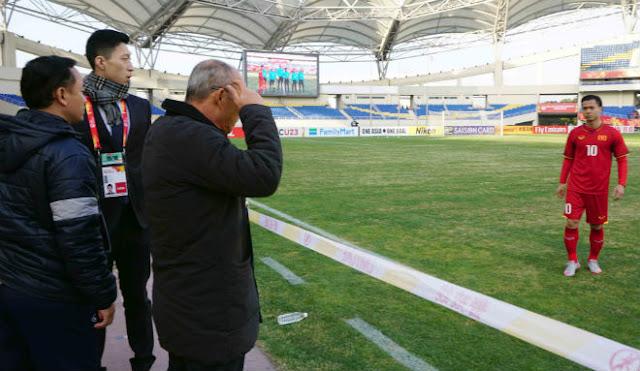 HLV Park Hang Seo chỉ đạo như Sir Alex, cãi nhau tay đôi với HLV Úc 2