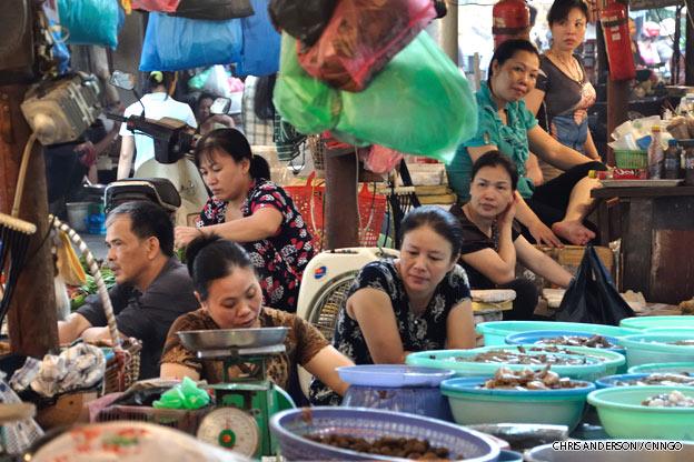 hanoi-street-market-vietnam-1