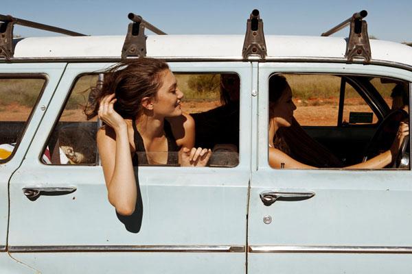 chicas viajando en coche