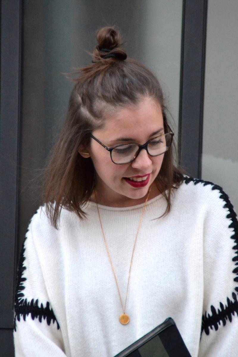 pull zara  blanc couture noire, pochette toile Saint Laurent, collier médaille Amour, lunette de vue Chanel