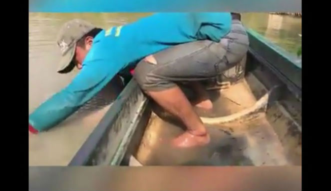 Tangkapan Nelayan Ini Bikin Kaget, Terseret ke Dalam Air