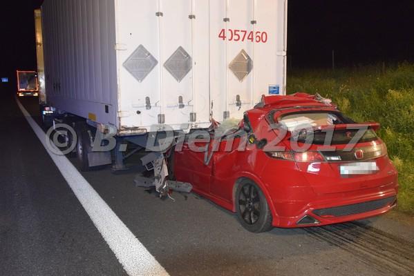 Unterfranken Aktuell: PKW rast unter LKW - Fahrer verstirbt am Unfallort