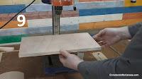 Colocar el tablero sobre la mesa metálica del taladro de columna. http://www.enredandonogaraxe.com