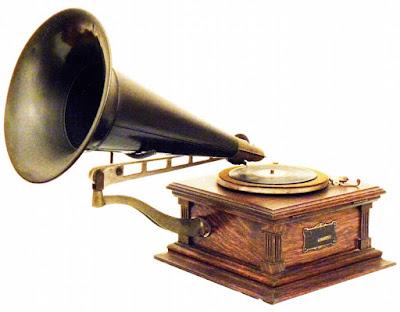 Sejarah Recording    Mengembangkan phonograph menjadi gramophone. Dengan bentuk yang tidak begitu berubah, hanya sistem rekam yang dahulu vertikal, pada saat itu diubah menjadi horizontal, yang membuat kedalaman alur silinder menjadi lebih konstan. Hingga bentuknya menyerupai CD yaitu flat, tidak lagi silinder, dan dinamakan Gramophone record. Emir Berliner mencetuskan ide untuk mencetak suara di atas piringan dan bukan silinder dengan alasan lebih mudah direproduksi. Ide piringan inilah yang berkembang menjadi disc yang kita kenal sekarang ini.  Phonograph, graphophone dan alat perekam lainnya adalah alat mekanik yang biasa digunakan pada zaman dahulu. Sampai pada akhirnya tahun 1920 Emir Berliner dikembangkan player dengan built in speaker yang mengizinkan pemutaran hasil rekaman dapat lebih keras suaranya. Hingga akhir perang dunia II, phonograph atau dikenal juga dengan gramaphone adalah satu-satunya alat perekam dan playback yang umum digunakan, tetapi zaman sudah mulai berubah. Hollywood mulai mengambil peranan dalam perkembangan rekaman dengan menggunakan suara di film. Pada akhirnya, pengembangan tape recording yang menggantikan phonograph dan .recording optical, karena lebih mudah dan biayanya yang lebih terjangkau. Tape mulai populer tahun 1950-an. sejarah sound recording sejarah audio recording sejarah home recording sejarah tape recording sejarah recording recording ini sejarah