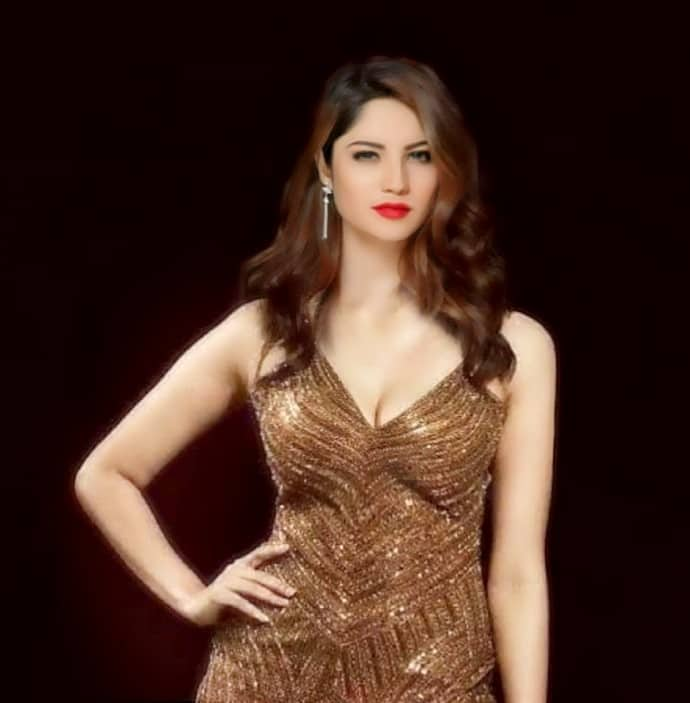neelam muneer hot cleavage show,  neelam muneer hot pics