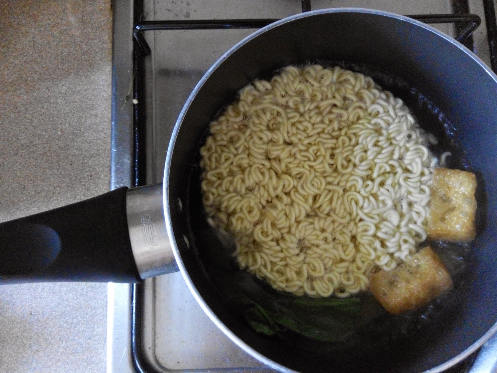 Round instant noodle in a pot