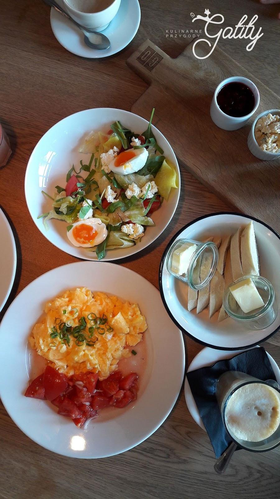 śniadanie-na-talerzu--widok-z-gory