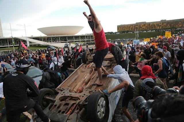 MILITANTES LIGADOS AO PT DEIXAM RASTRO DE DESTRUIÇÃO EM BRASÍLIA