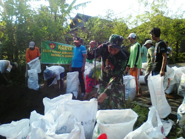Warga Desa Bumirejo Bangun Tanggul Untuk Antisipasi Banjir Dibantu Anggota Koramil Margorejo