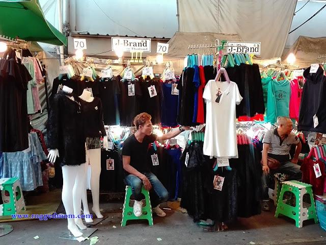 Oleh kerana rakyat Thailand masih berkabung diatas kemangkatan Raja  Bhumibhol Adulyadej maka pakaian berwarna hitam sangat banyak dijual dengan  harga mampu ... 8651a8c06a