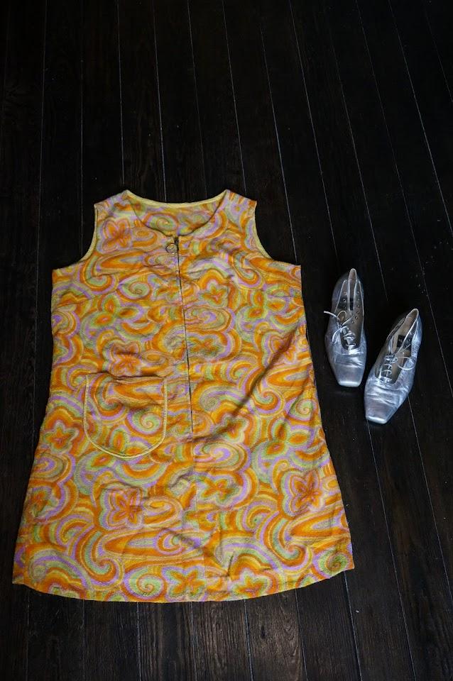 une robe de plage en éponge des années 60 70 et des chaussures argent et plastique transparent   60s 70s terry cloth psychedelic beach dress , front zipper  silvered clear oxford lace up shoes