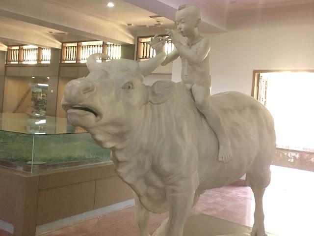 牛と少年の石像