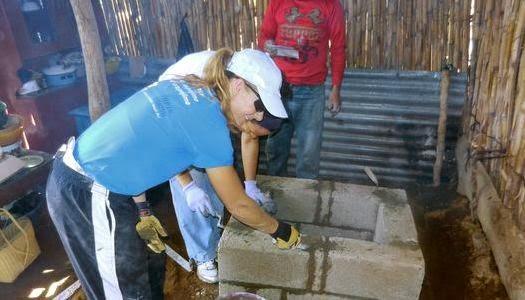 Misioneros construyen viviendas con estufas