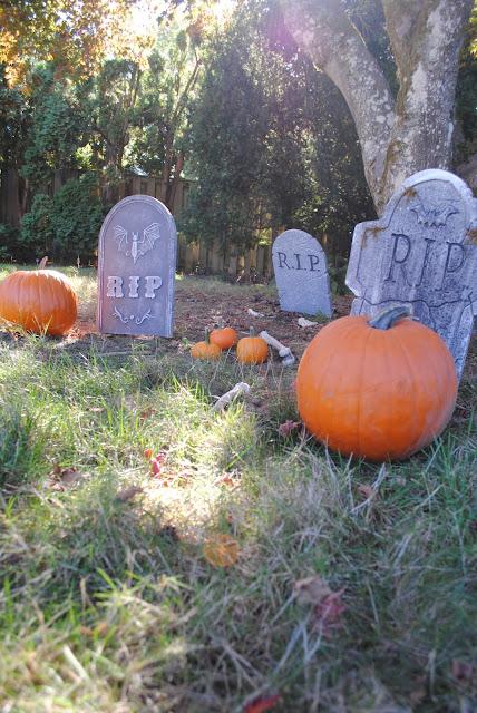 Pumpkin-patch-graveyard-Halloween-decor