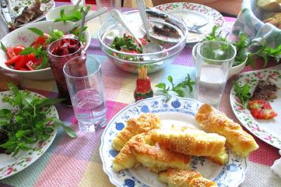 at ebég utáni asztal