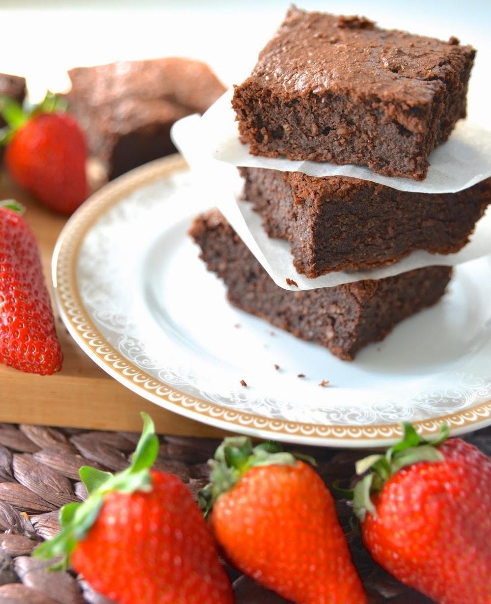 Bezglutenowe brownie, Brownie bez glutenu, brownie czekoladowe, Brownie klasyczne, Ciasto bez mąki, Ciasto czekoladowe, Ciasto migdałowe, kuchnia, Mąka migdałowa, Przepis, Szybkie brownie, Szybkie ciasto,