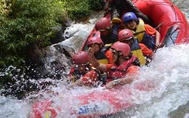 byur asiknya arung jeram di pangalengan gravity adventure Sungai Palayangan