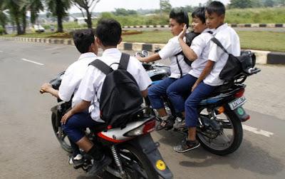 15 Aksi Cabe-Cabean Bonceng Tiga Di Motor Ini Bikin Greget Banget!