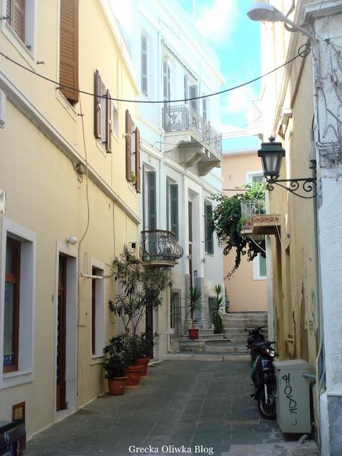 uliczka w stylu neoklasycznym w mieście Ermoupolis Syros Grecja