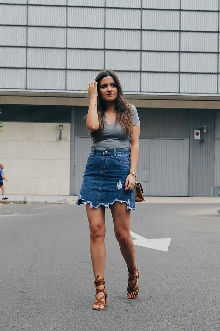 Outfit de verano con falda vaquera y sandalias marrones