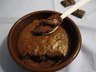 Intérieur de la mousse  chaude au chocolat noir Absolu Nestlé dessert et pépites de chocolat
