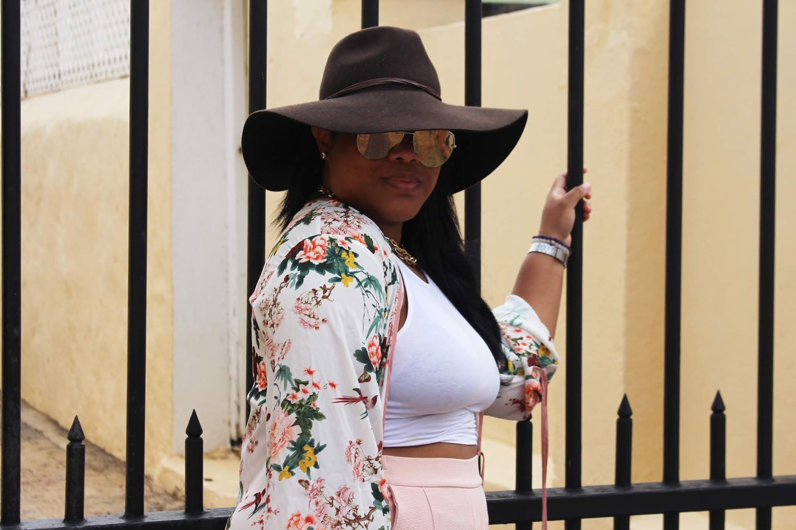 flowy hat, quay australia, kimono, floral, wide pants, trousers, palazzo, glamorous, outfit, fashion, blogger, curacao