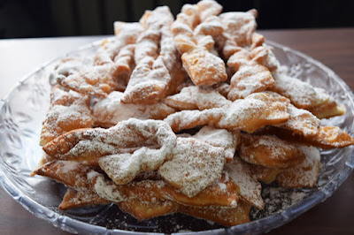 Chrusty z cukrem pudrem na deser w tłusty czwartek