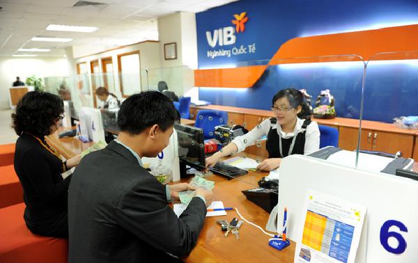 Khách hàng vay vốn tại ngân hàng VIB