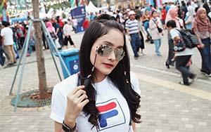 Dafina Jamasir Pakai Kacamata