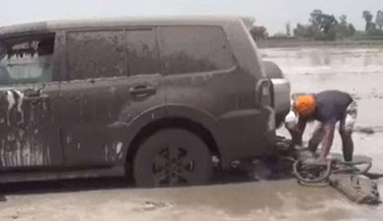 Video! Takut Kepanasan, Petani Bajak Sawah Dengan Mobil Pajero