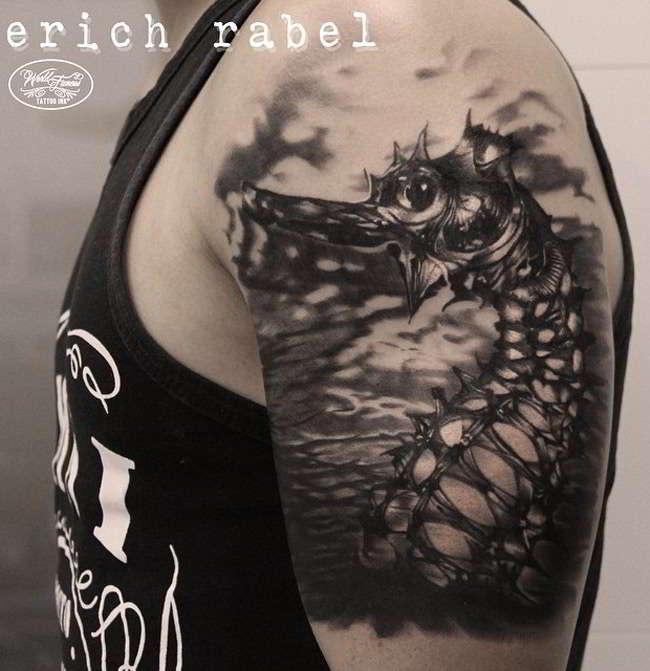 tatuaje de caballito de mar realista en el brazo