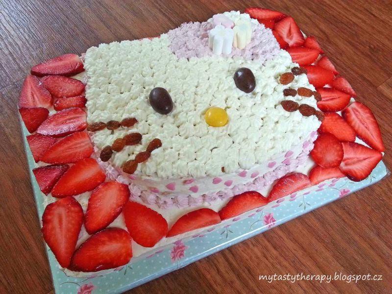 krémový obdélníkový dort zdobený jahodami a 3D hlavou kočičky Hello Kitty