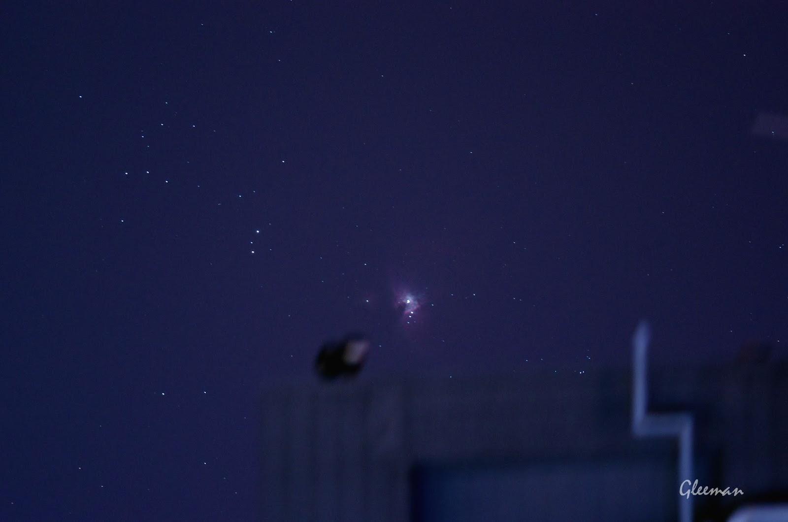 遠方大樓後剛昇上來的獵戶座大星雲 M42 。
