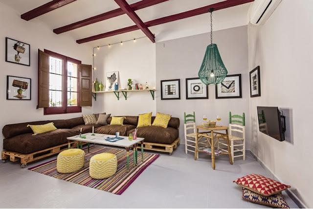 Canapele din paleți într-o casă din Barcelona