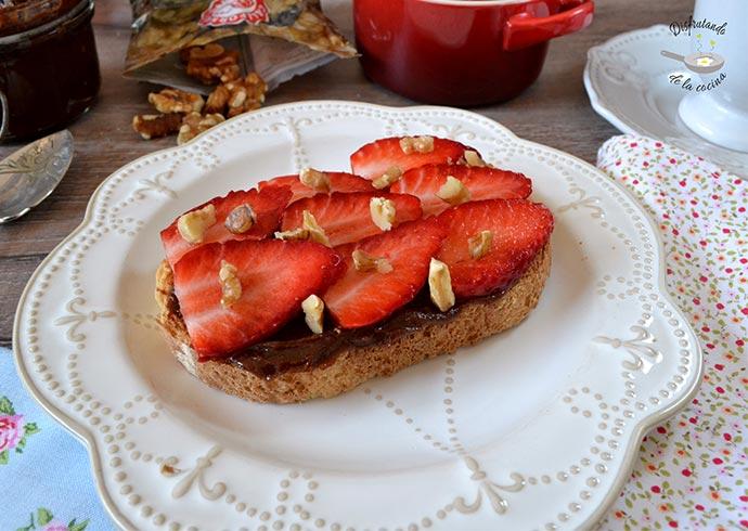Tostadas de fresas, nueces y nutella casera (Receta fácil)