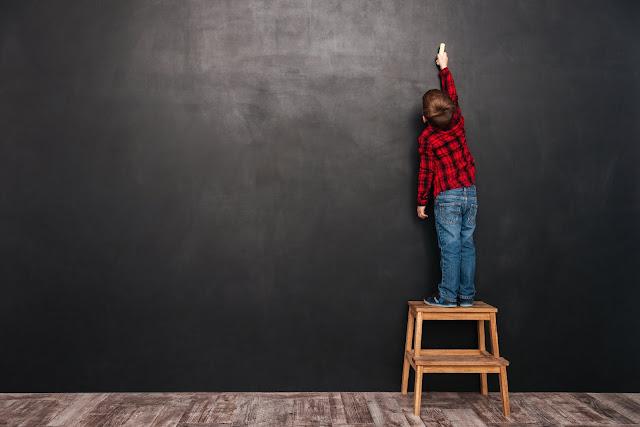子供が黒板で計算している画像
