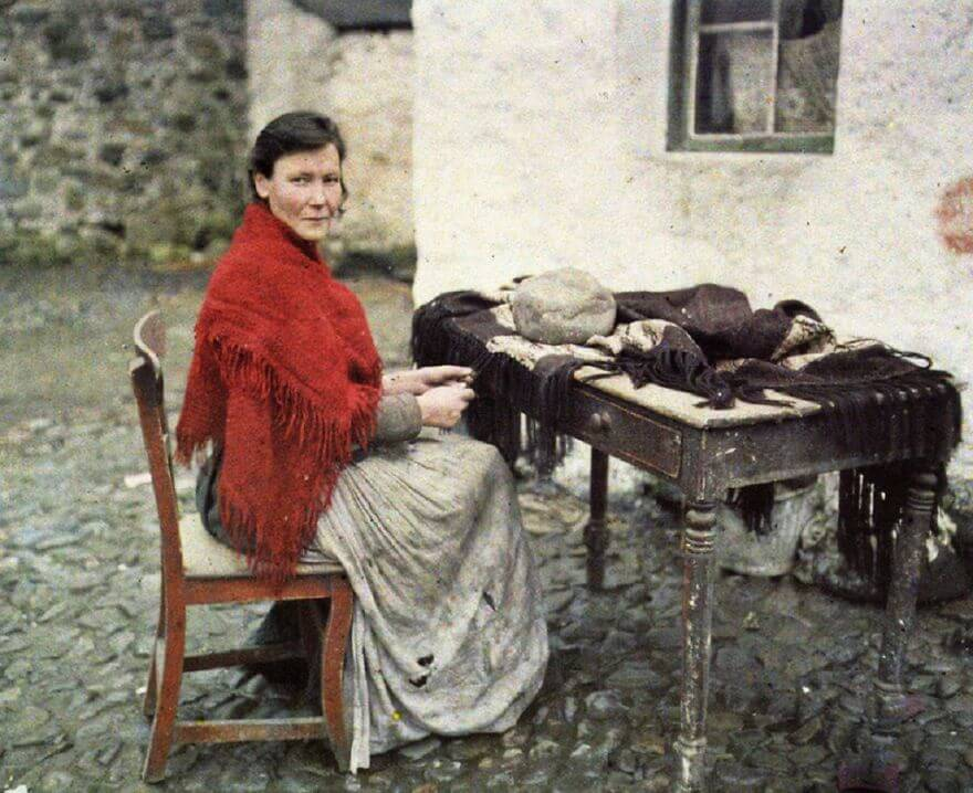 40 Old Color Pictures Show Our World A Century Ago - Mother Of Seven Making Fringes For Knitted Shawls, Galway, Ireland, 29 May 1913