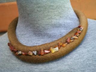 colar feltrado e bordado com cascalhos de pedras brasileiras