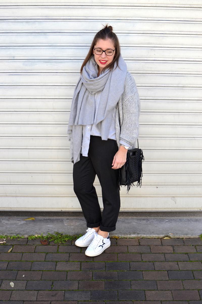 gilet en laine Pretty Wire, chemise grise Uniqlo, écharpe grise Zara, pantalon tailleur Uniqlo, sac M Maje, sneackers à pailettes André