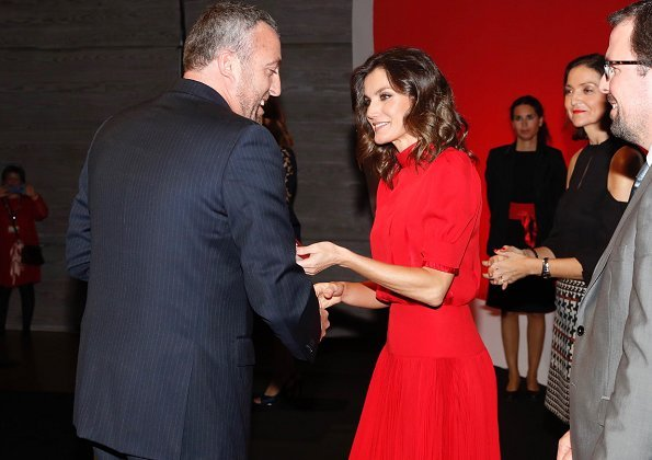 The red dress worn by Queen Letizia is an old dress of her mother-in-law Queen Sofia. Carolina Herrera clutch and Magrit
