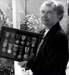 Susan Travers posando con sus medallas