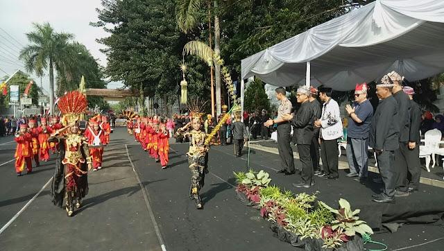 Ribuan siswa SD di Banyuwangi Bermain Permainan Tradisional di Festival Memengan Tradisional